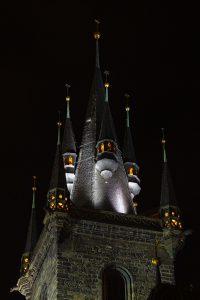 Ein Turm der Teynkirche im Zentrum von Prag bei Nacht.