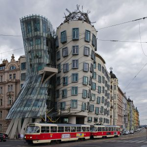 Das Tanzende Haus in Prag, entworfen von Vlado Milunić und Frank Gehry.