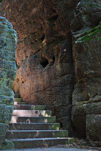 Treppen zwischen Felsen beim Aufstieg zur Bastei.