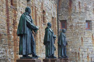 Statuen deutscher Kaiser auf der Burg Hohenzollern.