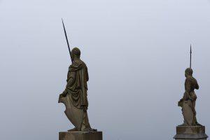 Statuen auf der Festungsmauer der Burg Hohenzollern.