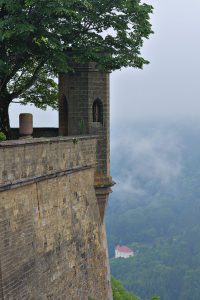 Blick entlang der Burgmauer auf die Wallfahrtskirche Maria Zell.