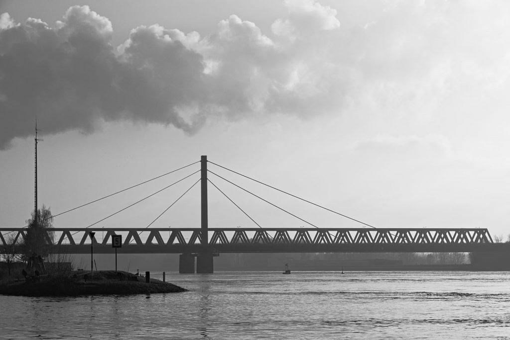 Die Rheinbrücke bei Karlsruhe von Baden-Württemberg nach Rheinland-Pfalz.