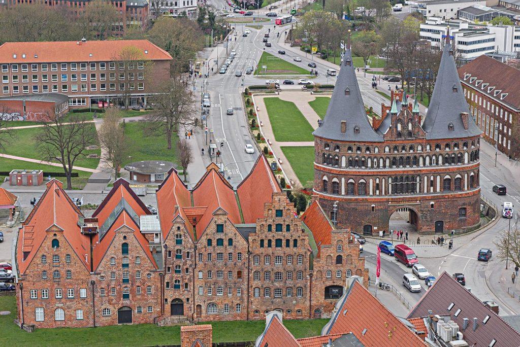 Das Lübecker Holstentor von oben.