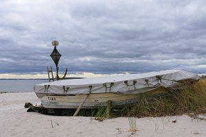 Ein Boot am Ostsee-Strand im April 2017.