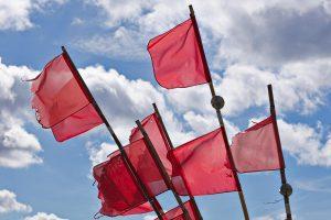 Rote Flaggen.