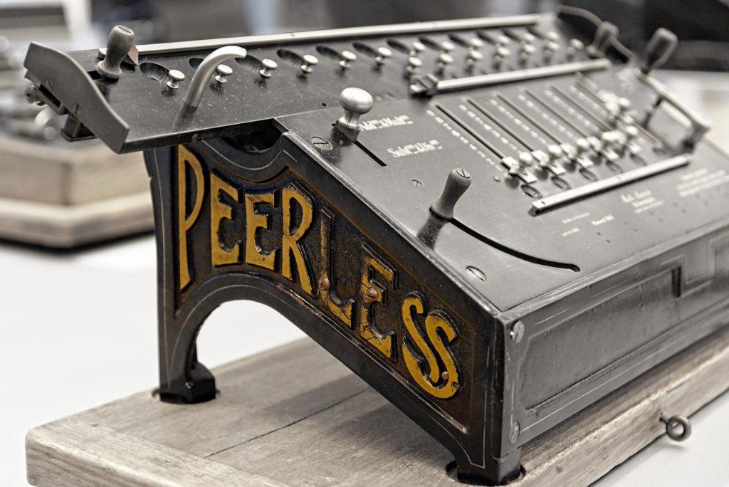 Eine Rechenmaschine der Firma Math. Bäuerle G.m.b.H. aus St. Georgen, produziert ab etwa 1909.