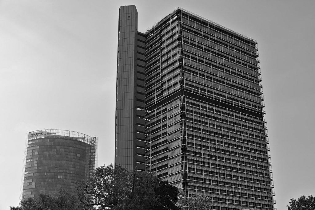 Der Lange Eugen in Bonn, zunächst in den 1960er Jahren erbaut als Bürogebäude für die Abgeordneten des Deutschen Bundestages, bietet jetzt Raum für UN-Mitarbeiter. Links im Hintergrund ist außerdem noch der Post Tower zu sehen.