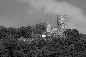 Die Ruine der Burg Drachenfels aus dem 12. Jahrhundert auf einer steilen Klippe am Rhein.