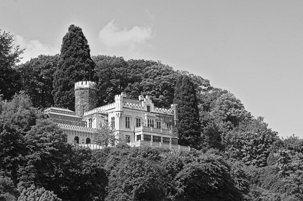 Das Schloss Marienfels am Rhein, das um 1860 von einem Unternehmer erbaut wurde. Es war etliche Jahre im Besitz von Thomas Gottschalk, der es 2013 an den Gründer der Firma Solarworld verkauft hat.