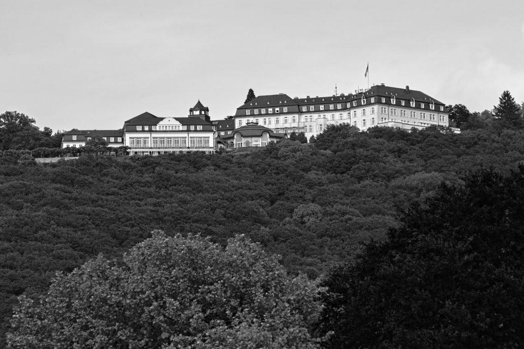 Das Hotel auf dem Petersberg gehört der Bundesrepublik Deutschland und wurde vor dem Umzug der Bundesregierung nach Berlin als Gästehaus für ausländische Staatsgäste genutzt.