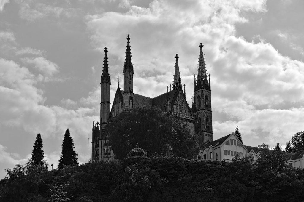 Die neogotische Apollinariskirche auf einem Plateau am Rhein in Remagen, 1857 fertiggestellt.