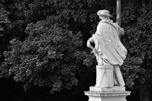 Eine Statue im Schlosspark