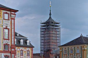 Eingerüsteter Turm neben dem Bruchsaler Schloss