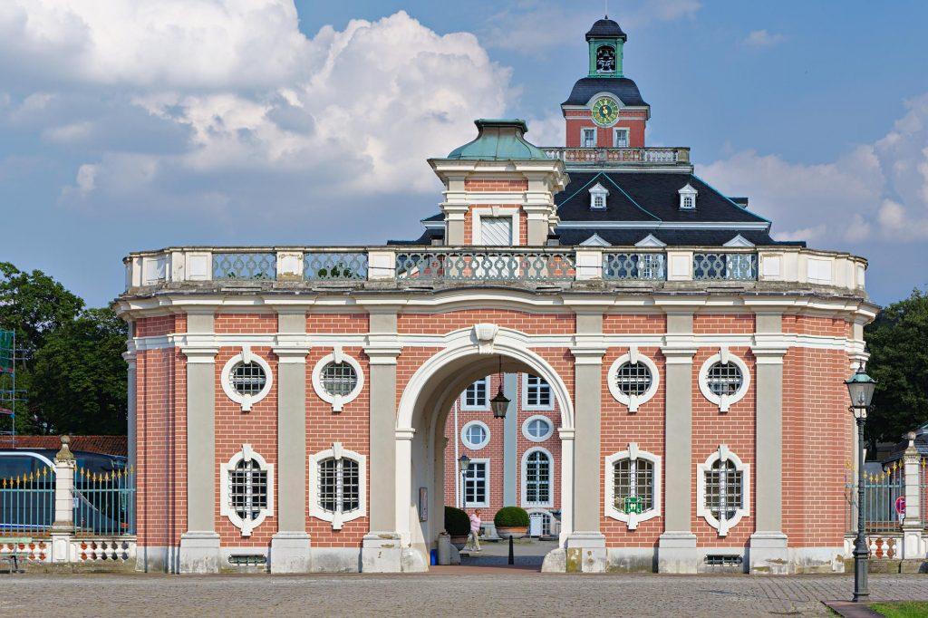 Torgebäude auf dem Vorplatz des Schlosses in Bruchsal (selbst nicht im Bild)