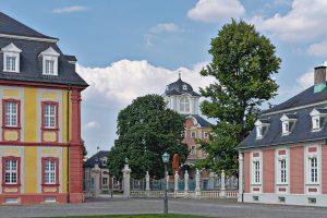 Nebengebäude am Rande des Schloss-Vorplatzes in Bruchsal