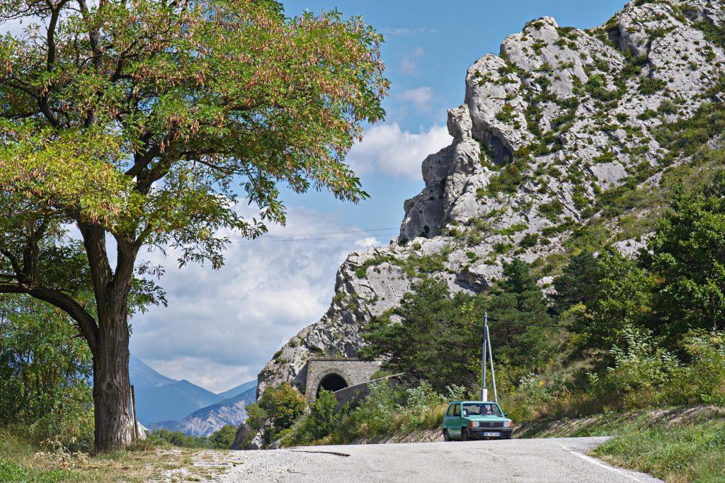 Baum und Felsen an der Landstraße in den Alpen-Ausläufern südlich von Grenoble