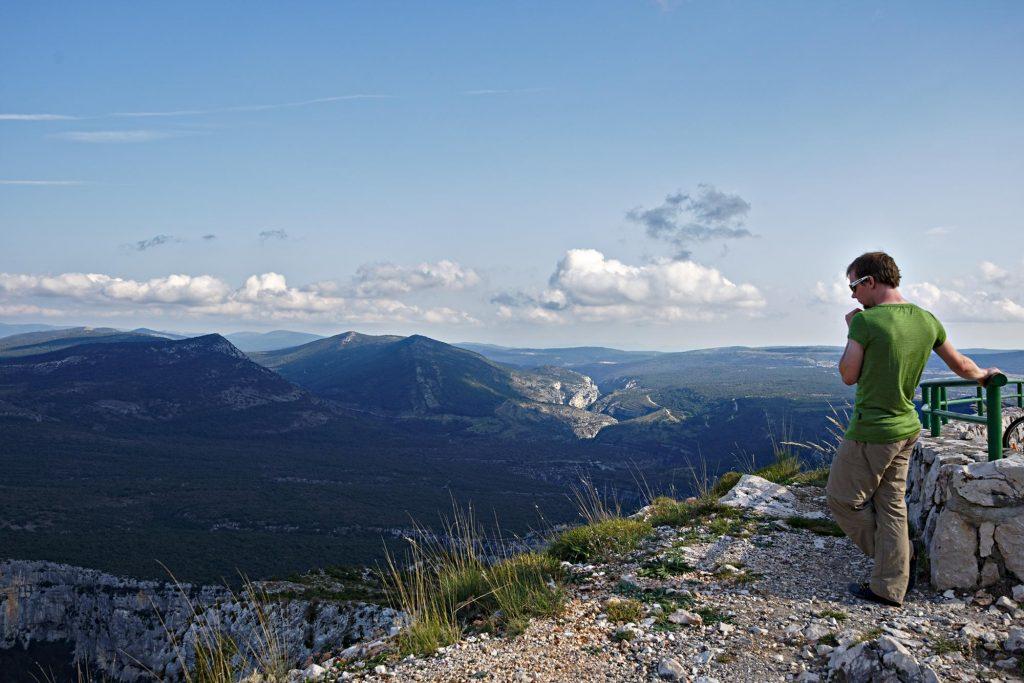Aussichtspunkt auf der Route des Crêtes mit Blick auf die sehr enge Schlucht des Artuby, der etwa 700 m tiefer in die Verdon fließt.