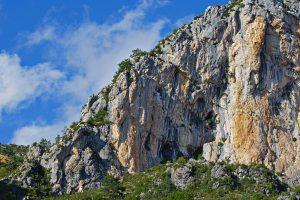 Eine Klippe oberhalb der Verdon-Schlucht zwischen La Palud-sur-Verdon und Castellane.