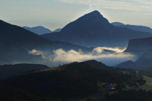 Morgendlich vernebelter Blick ins Tal bei La Palud-sur-Verdon.