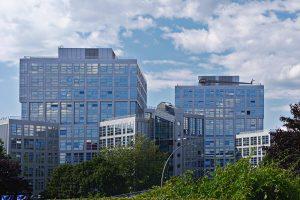 Ein großes Bürogebäude in der Hamburger City-Nord.