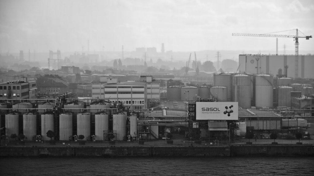 Blick von der Aussichtsplattform der Elbphilharmonie auf den gegenüberliegenden Hafen bei schlechtem Wetter.