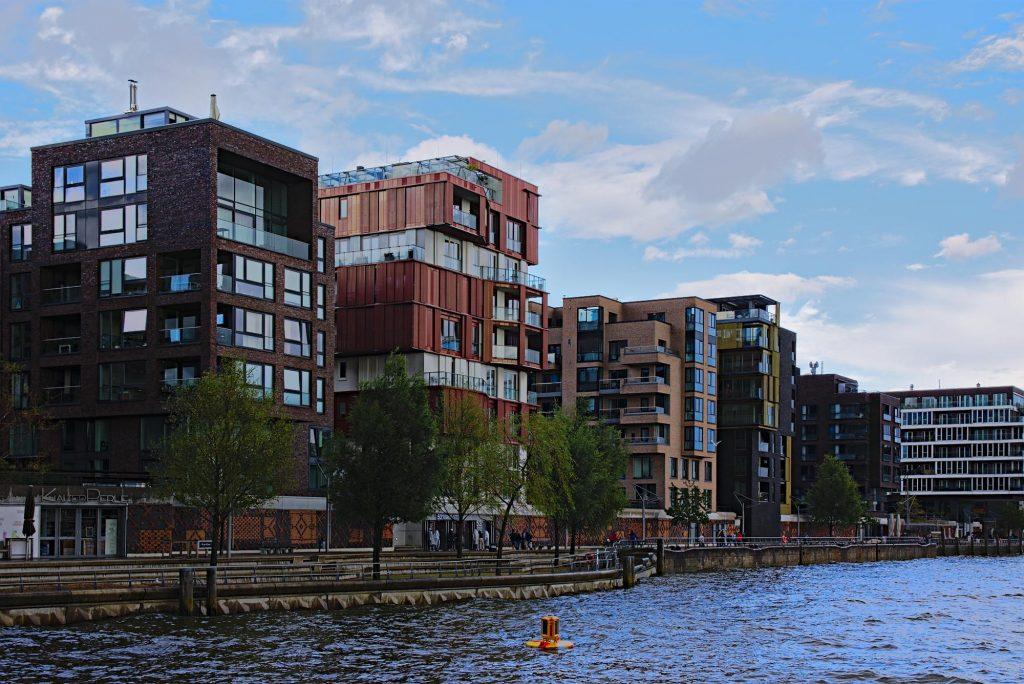 Blick auf die Wasserseite der Neubauten am Dalmannkai in Hamburg.