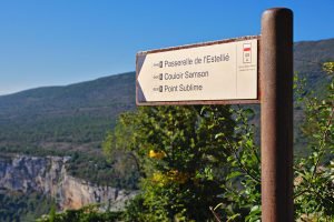 Wegweiser vom Chalet de la Maline zum Abstieg in die Verdon-Schlucht