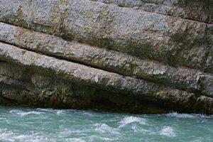 Die Verdon vor einer Felswand.