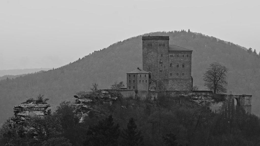 Blick von der dritten Ruine zu der Reichsburg Trifels auf dem ersten Felsen.