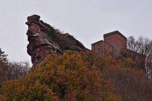 Die Reichsburg Trifels auf ihrem Felsen.