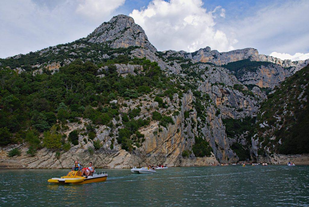 Tretboote auf dem Lac de Sainte-Croix nahe des Verdon-Zuflusses.