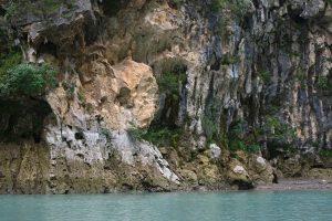 Eine glibschige Wand der Verdon-Schlucht neben einem kleinen Wasserfall (nicht im Bild).
