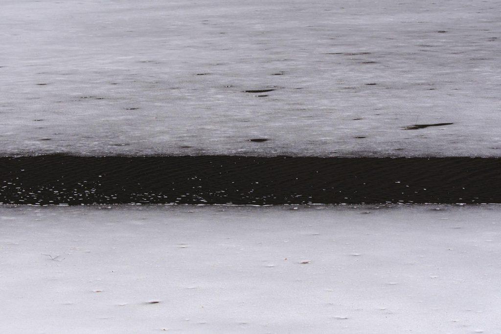 Zwei dünne Eisschichten auf dem Sankenbachsee.