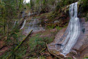 Überblick über einen Teil des Talkessels mit dem Sankenbach-Wasserfall und einigen weiteren die Felswand hinabströmenden Wasserläufen.